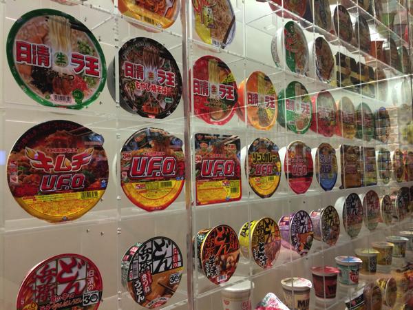 インスタントラーメンヒストリーキューブの展示物の様子。UFOが飾ってある