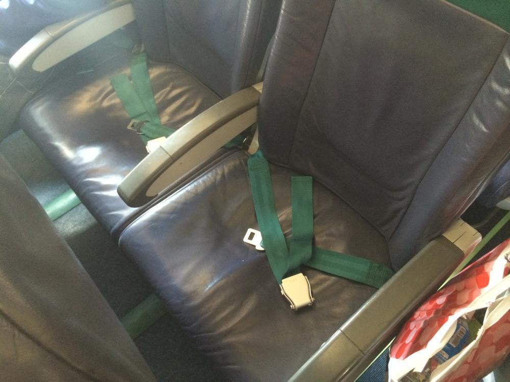 座席は狭い