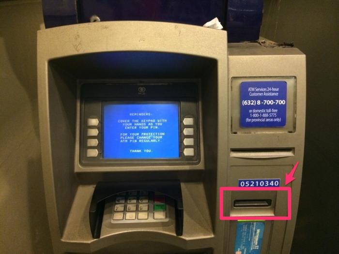 ATMにキャッシュカードを入れる