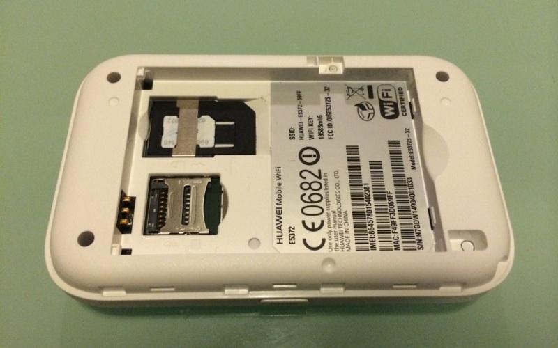 SIMカード挿入口は電池を外すとある