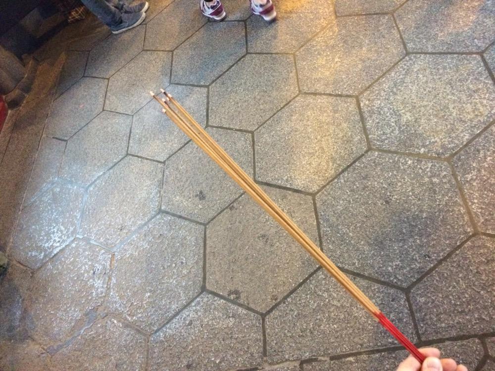 龍山寺で参拝するときの線香