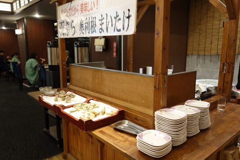 オープンキッチンのてんぷらコーナー