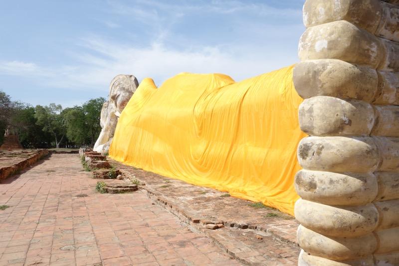 寝釈迦仏像を足元から
