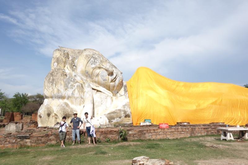 寝釈迦仏像と僕ら