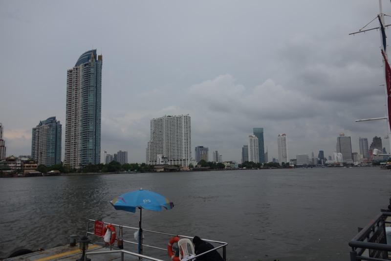 対岸には高層ビルがたくさん