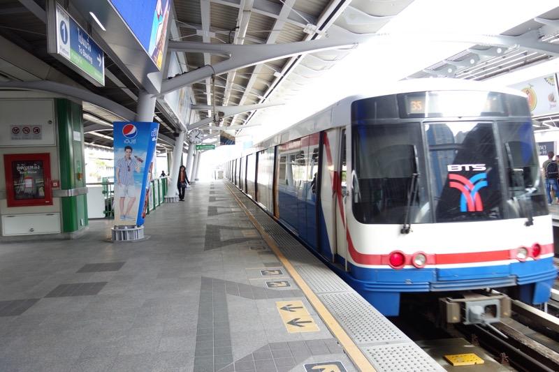 タイの電車。しっかり運行している