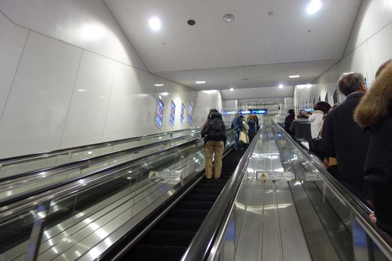 ターミナル内に向かうエスカレーター