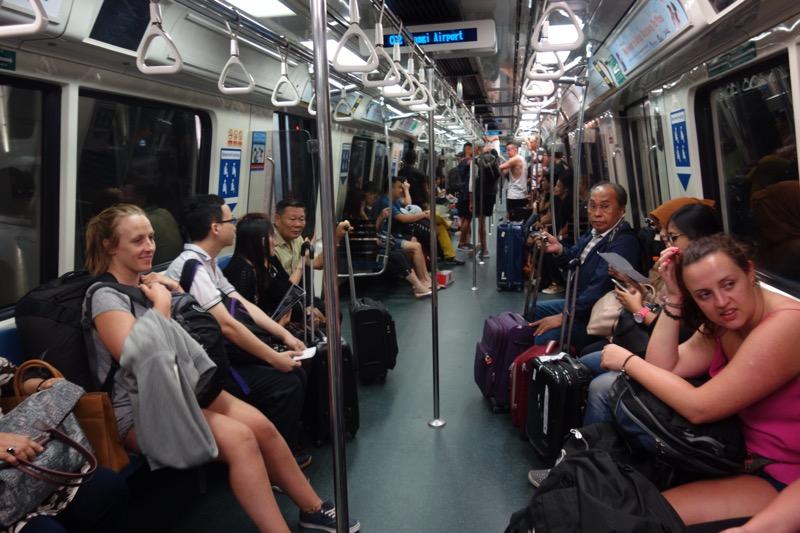 シンガポールのMRT内の様子