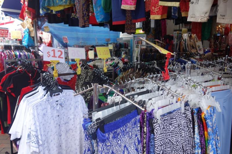 衣服も売られている