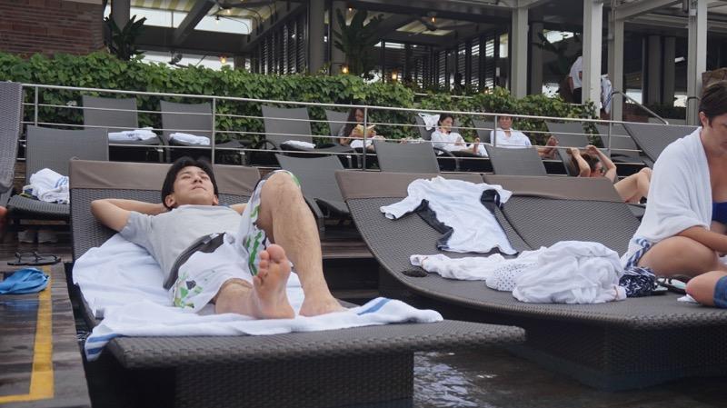 プールサイドで仮眠