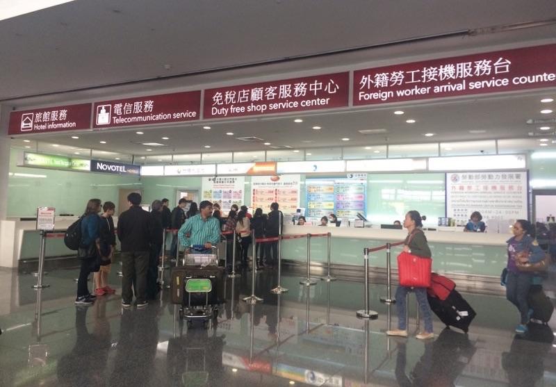 桃園国際空港のSIMカード購入カウンター