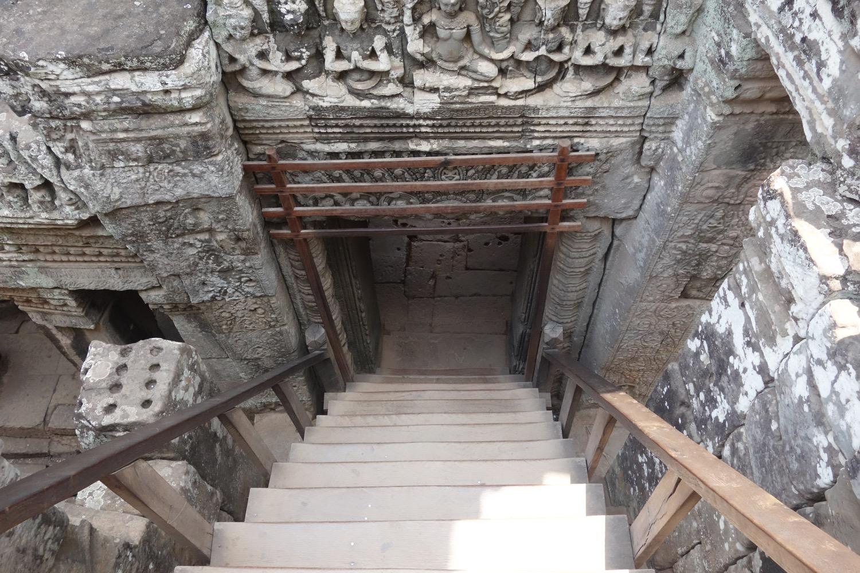 反対側の階段を降りる