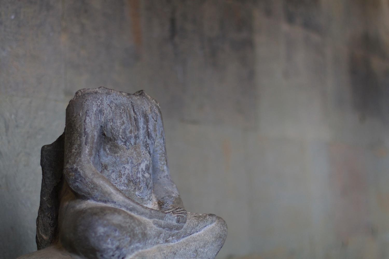 首なし仏像