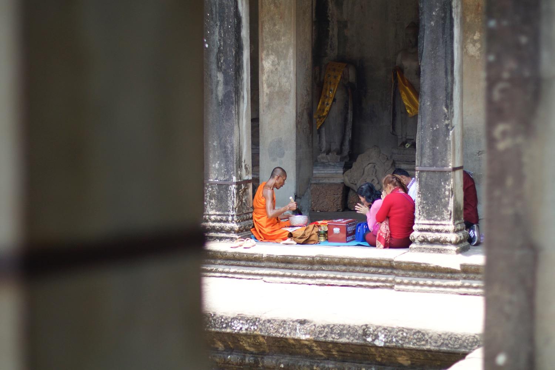 祈祷している現地の人々