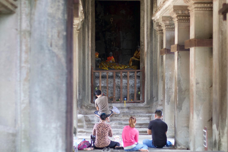 祈祷する人々