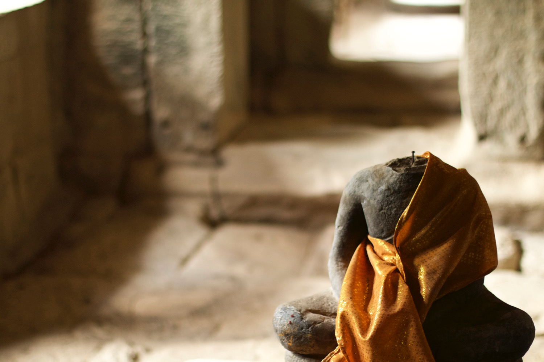 頭部が破壊された仏像