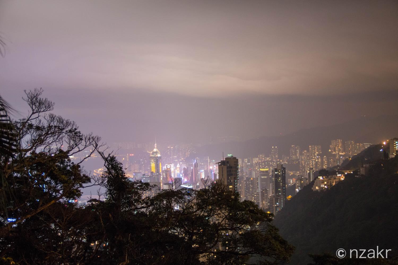 香港の夜景を小道から見る