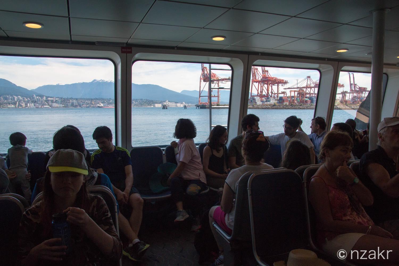 公共交通機関のシーバスの船内