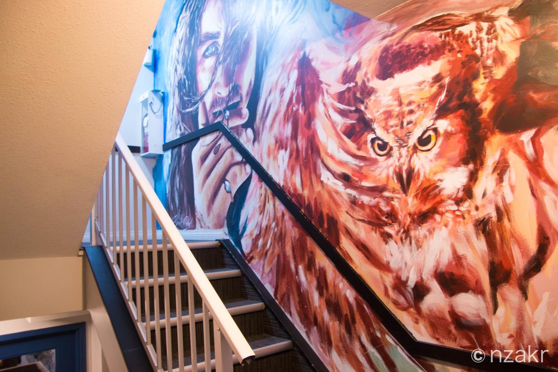 階段の壁の絵がカッコイイ