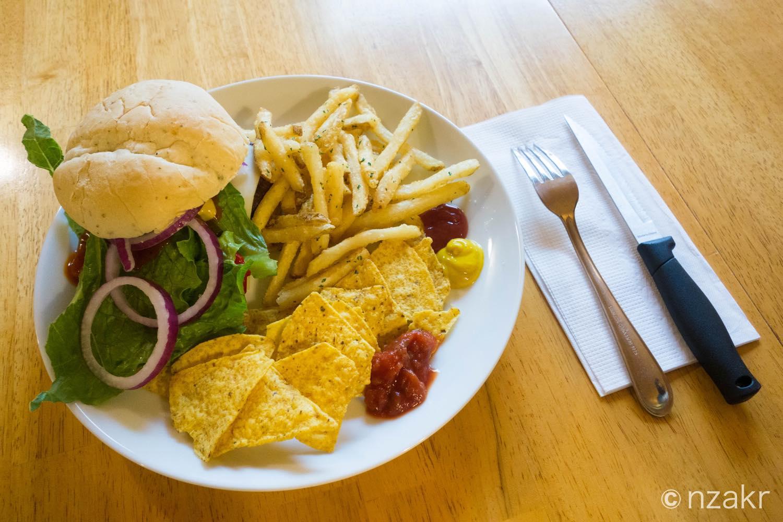 夕食はハンバーガーとフレンチフライ