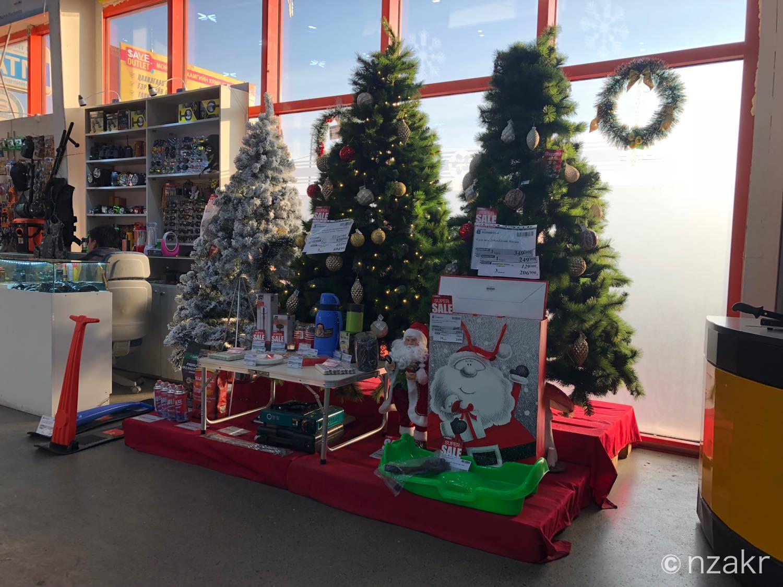 クリスマスツリーも販売されている