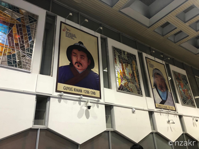 空港内の肖像画 チンギス・ハン、フビライ・ハン グユク・ハン
