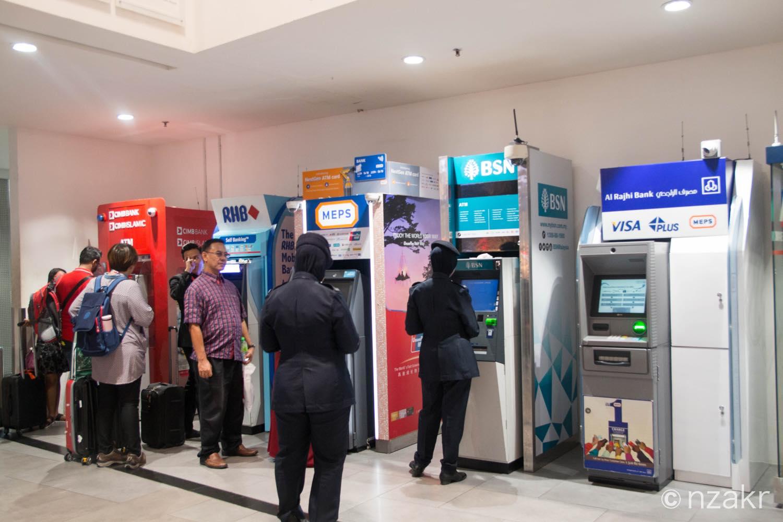 ATMで現地通貨を引き出す