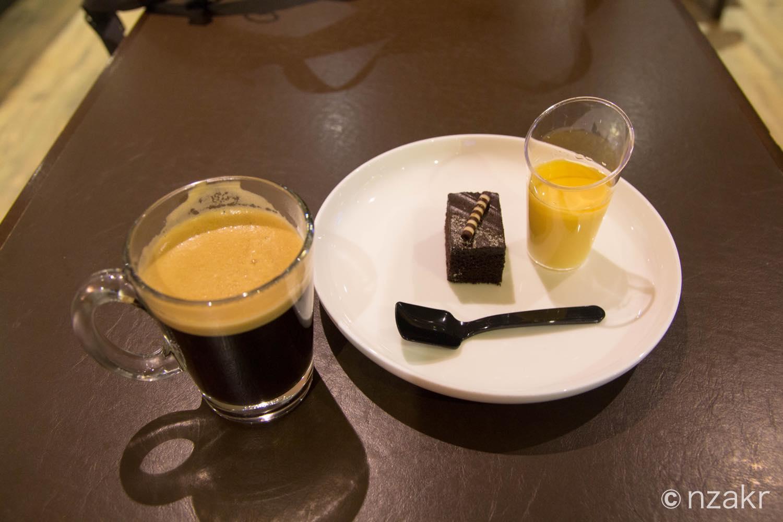 デザートとコーヒーを食べる
