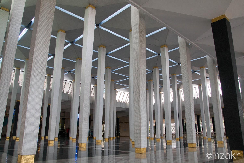 マレーシア国立モスクの内部はかっこいい
