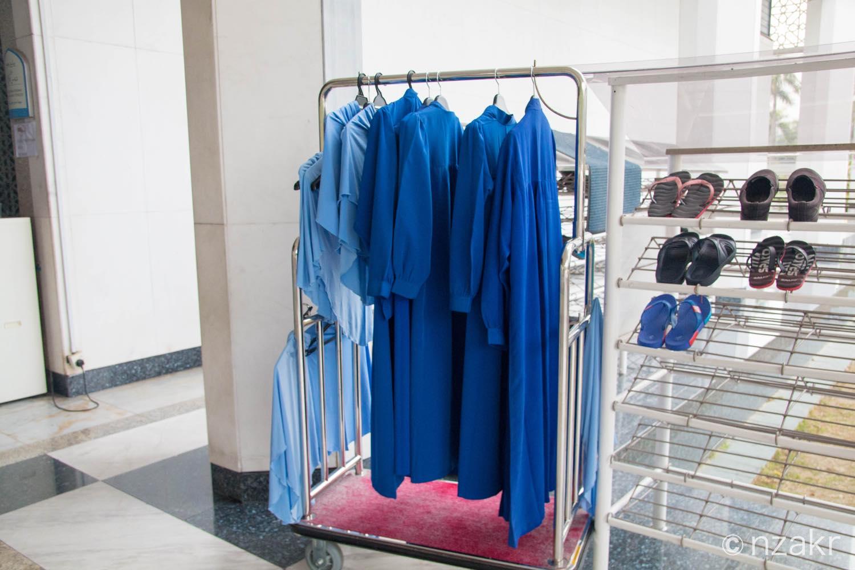 モスク内では女性は青いスカーフとガウンを着ます