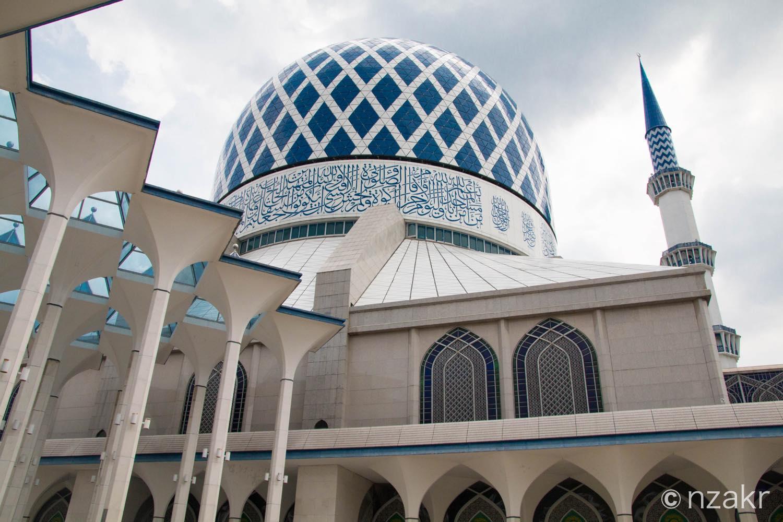 建物のデザインは青と白が基調