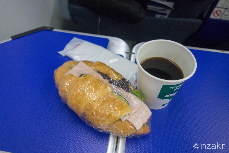 二回目の機内食はハムサンド