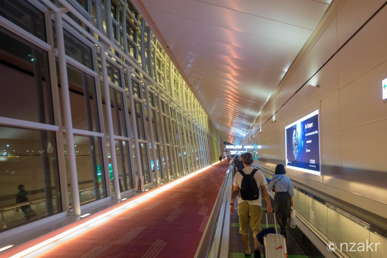 羽田空港の国際線ターミナルに到着