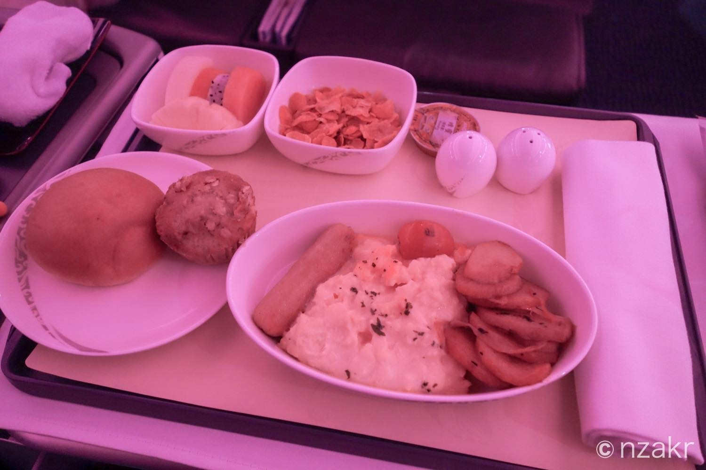 洋食スタイルの朝食 : パン、オムレツ、ポテト、シリアル、フルーツ