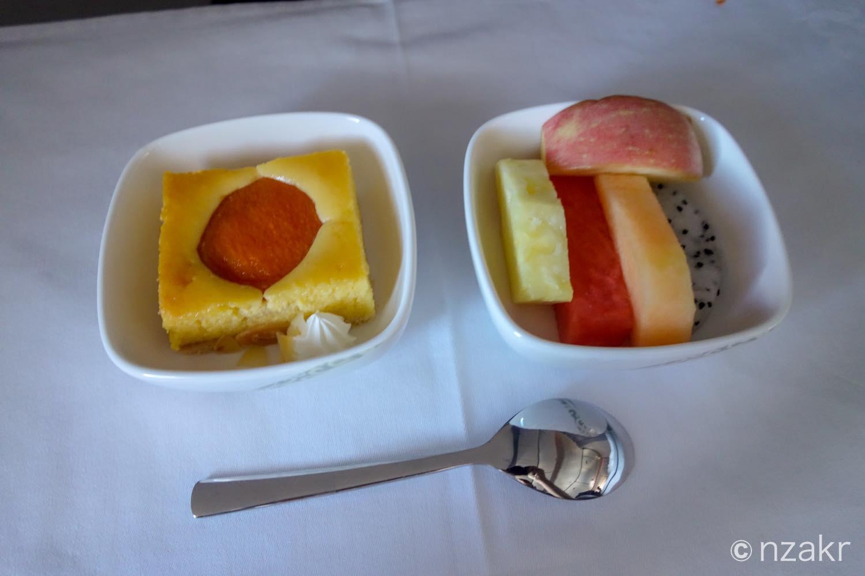 デザートのケーキとフルーツ
