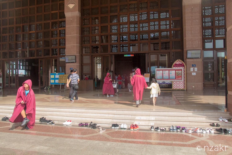 モスク内部は土足厳禁