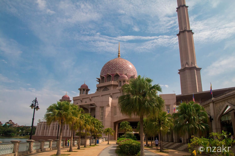 湖畔から眺めるピンクモスク