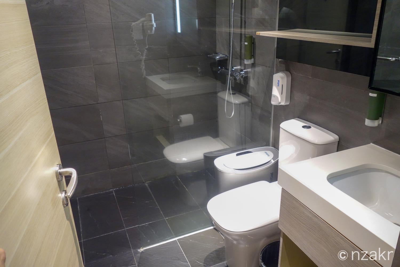トイレ、洗面台、シャワー