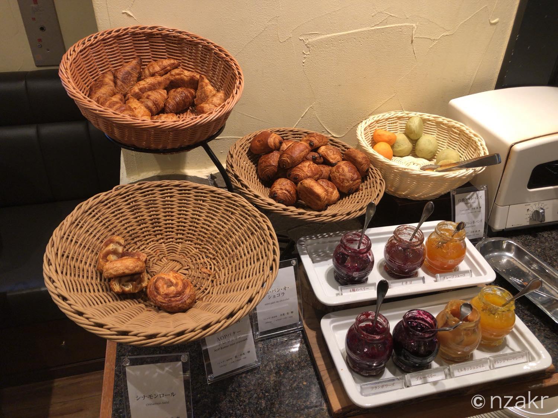 クロワッサン、バターロールなどのパン