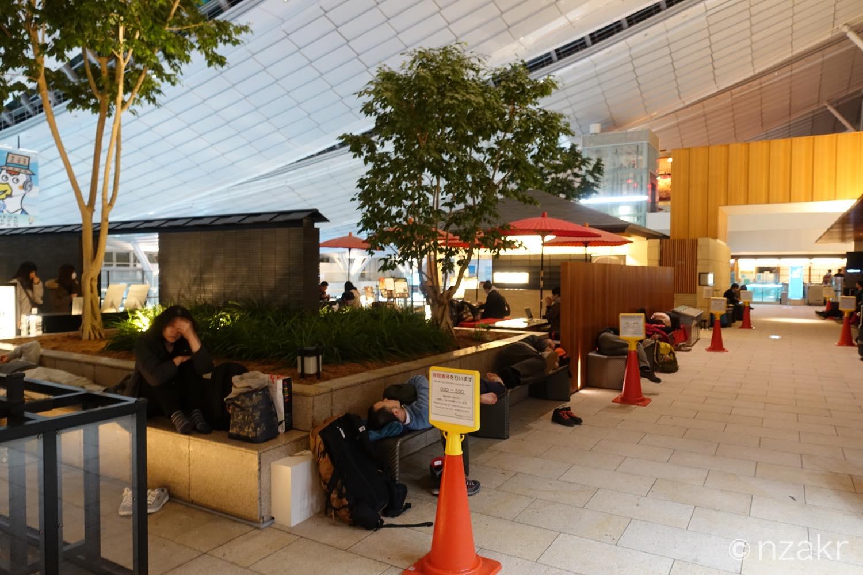 深夜の空港は寝てる人多数