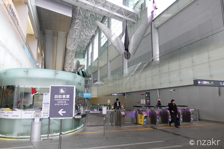 台北駅から空港へMRTで向かう